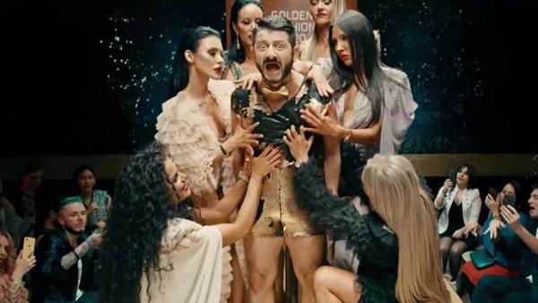 Галустян в образе Супер Жорика представил клип на песню «Золото» thumbnail