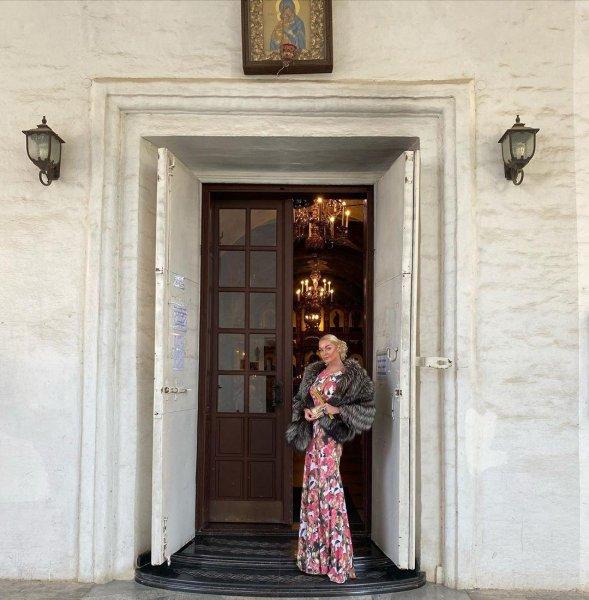 Волочкова пришла на службу в храм в шубе с декольте