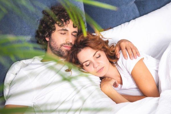 Влюблённым парам полезнее спать вместе, чем по отдельности