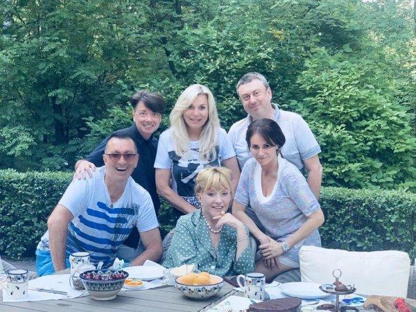 Пугачева пригласила в гости семью Юдашкина и Буйнова. Фото: Instagram @alla_orfey