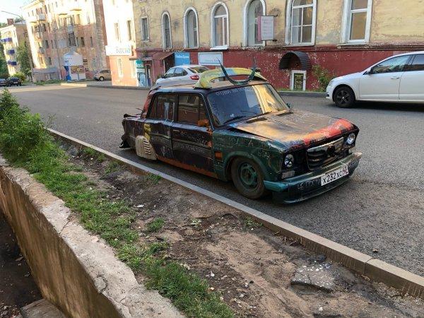 «Заколхоженный» до неузнаваемости ВАЗ-2106 показали в Сети